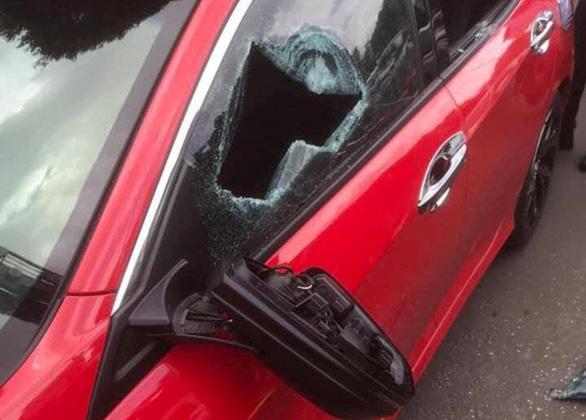 Đình chỉ vụ án thầy chùa cầm gậy tre đập gãy kính ôtô - Ảnh 2.