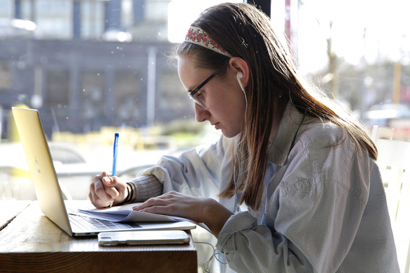 UNESCO: Gần 400 triệu học sinh sinh viên toàn thế giới mất học vì corona - Ảnh 1.