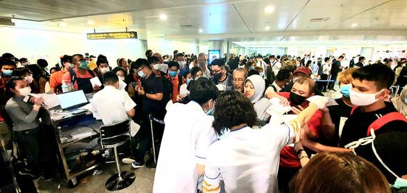 Vietnam Airlines phỏng vấn, đo thân nhiệt khách từ châu Âu về Việt Nam - Ảnh 1.