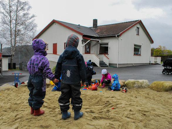 Na Uy khuyến cáo cha mẹ không nên nhờ ông bà chăm con trong dịch COVID-19 - Ảnh 1.