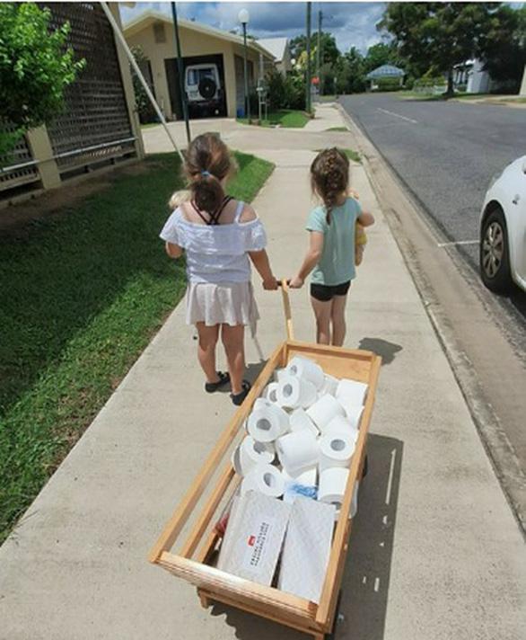 Bé gái lấy tiền tiết kiệm mua giấy vệ sinh đi tặng người già - Ảnh 1.