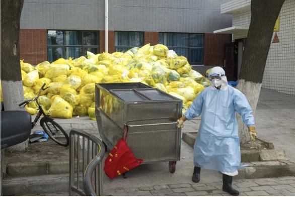 Trung Quốc đau đầu xử lý rác thải y tế sau đỉnh dịch COVID-19 - Ảnh 1.