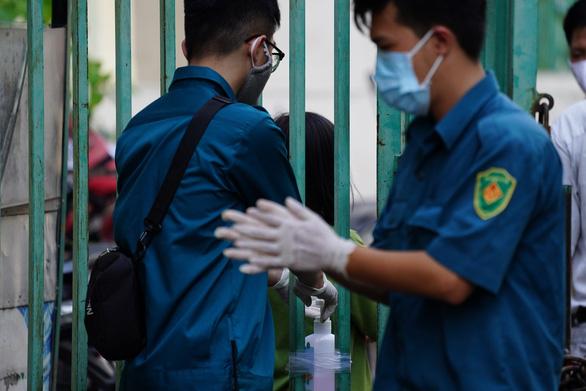 Chung cư Hòa Bình quận 10 bế quan tỏa cảng sau khi ghi nhận ca bệnh 48 - Ảnh 6.