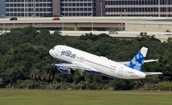 Hãng hàng không Mỹ cấm bay vĩnh viễn một hành khách vì không khai báo COVID-19 - Ảnh 1.