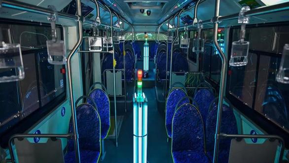 Nhiều công ty Trung Quốc dùng đèn cực tím để tiêu diệt virus corona - Ảnh 1.