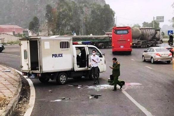 Xe chở phạm nhân nổ lốp, một chiến sĩ công an tử vong - Ảnh 1.