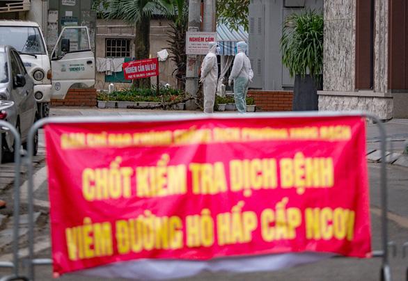 Dỡ bỏ phong tỏa phố Trúc Bạch ở Hà Nội - Ảnh 1.