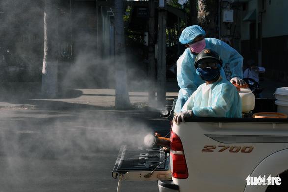 Đồng loạt phun hóa chất khử khuẩn các tuyến đường tại Phan Thiết - Ảnh 3.
