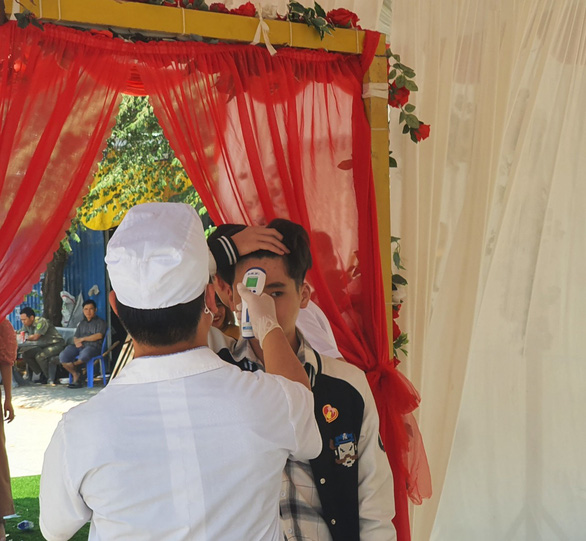 Đám cưới mùa dịch: đo thân nhiệt từng khách, chính quyền giám sát - Ảnh 1.