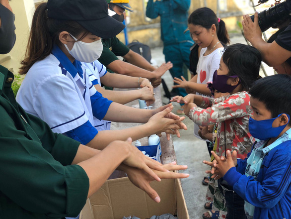 Thanh niên giúp dân xã đảo phòng chống COVID-19 - Ảnh 3.