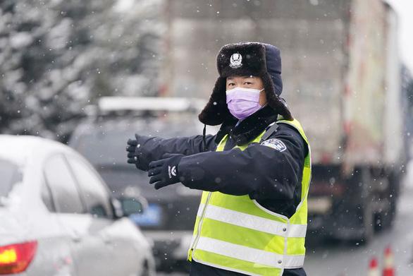 Nhiều tỉnh ở Trung Quốc khôi phục giao thông, cuộc sống dần bình thường - Ảnh 1.