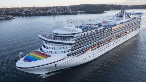 3.700 người không được rời du thuyền vì có khách nghi nhiễm COVID-19 - Ảnh 1.