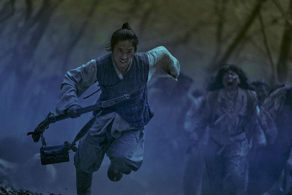 Phim Kingdom lý giải dịch zombie có nguồn gốc từ đói khát quyền lực - Ảnh 5.