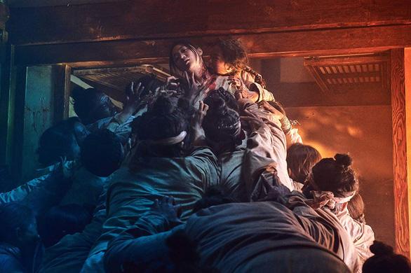 Phim Kingdom lý giải dịch zombie có nguồn gốc từ đói khát quyền lực - Ảnh 3.