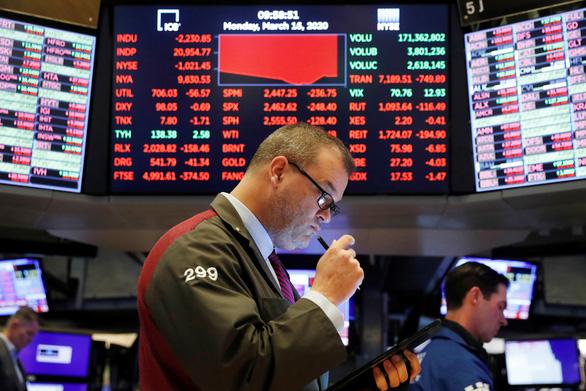 Chứng khoán vẫn chao đảo sau khi FED cắt giảm lãi suất - Ảnh 1.