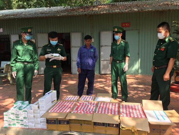 Liên tục bắt tân dược, thuốc lá lậu tại biên giới Tây Ninh và Long An - Ảnh 1.