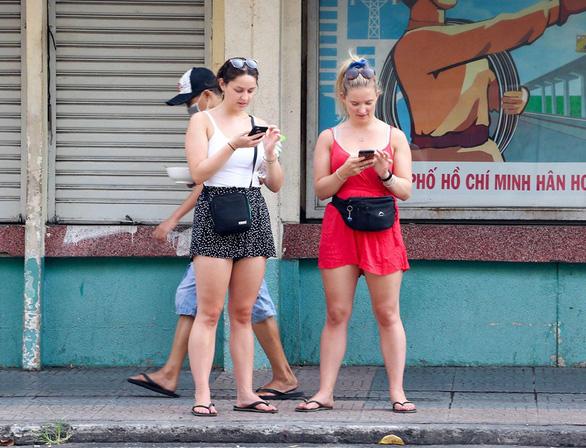 Quy định mang khẩu trang tại các điểm công cộng: Người Việt lo, người nước ngoài thờ ơ - Ảnh 5.