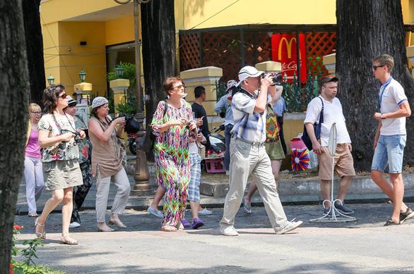 Quy định mang khẩu trang tại các điểm công cộng: Người Việt lo, người nước ngoài thờ ơ - Ảnh 6.