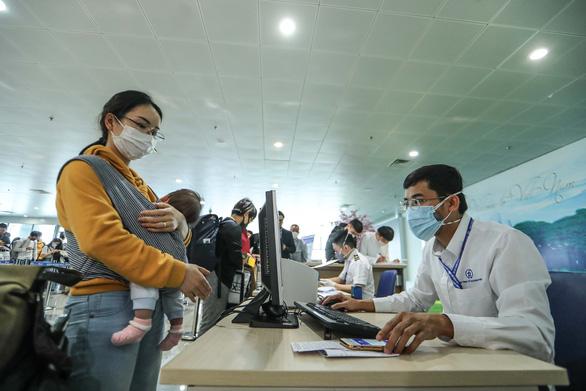 Cách ly gần 200 người liên quan bệnh nhân 50 ở Vietnam Airlines - Ảnh 1.