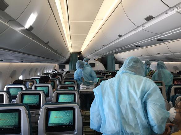 Hàng trăm tiếp viên Vietnam Airlines xin đi làm không nhận lương chức danh trong 2-3 tháng - Ảnh 1.