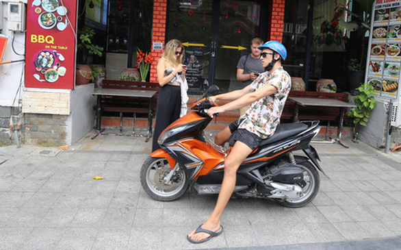 Quy định mang khẩu trang tại các điểm công cộng: Người Việt lo, người nước ngoài thờ ơ - Ảnh 3.
