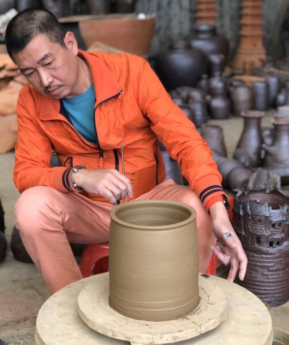 Họa sĩ Lê Thiết Cương: Tôi yêu gốm và kinh Phật - Ảnh 1.