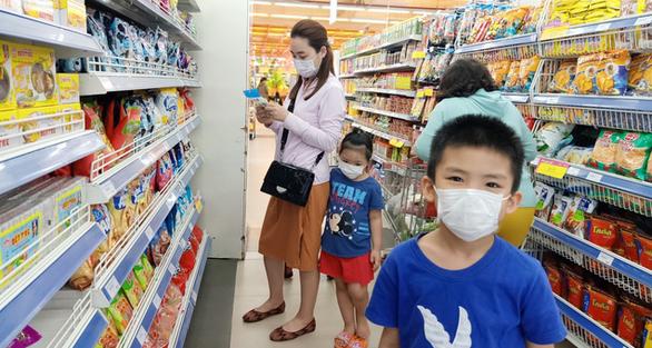 Quy định mang khẩu trang tại các điểm công cộng: Người Việt lo, người nước ngoài thờ ơ - Ảnh 1.