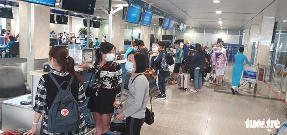 Không đeo khẩu trang, nhiều hành khách bị từ chối làm thủ tục bay - Ảnh 3.
