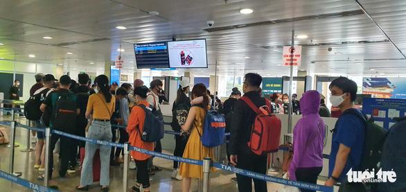 Không đeo khẩu trang, nhiều hành khách bị từ chối làm thủ tục bay - Ảnh 2.