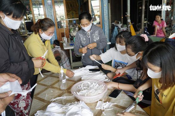 Phụ nữ vùng biên may hàng ngàn khẩu trang vải phát miễn phí cho dân - Ảnh 1.