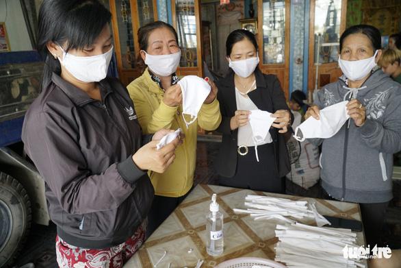 Phụ nữ vùng biên may hàng ngàn khẩu trang vải phát miễn phí cho dân - Ảnh 2.