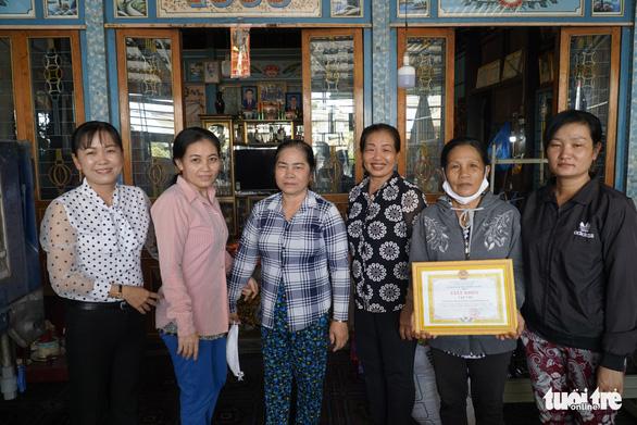 Phụ nữ vùng biên may hàng ngàn khẩu trang vải phát miễn phí cho dân - Ảnh 4.