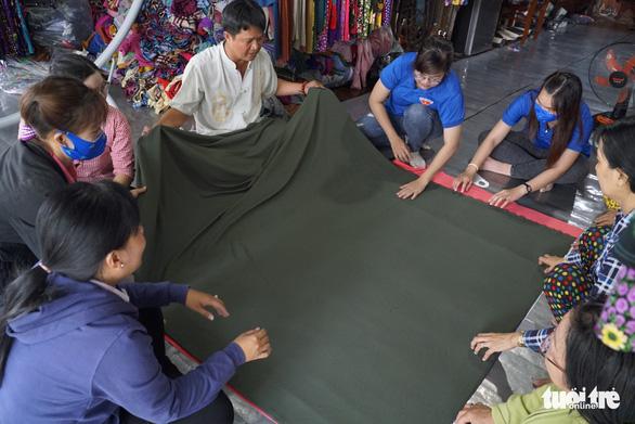 Phụ nữ vùng biên may hàng ngàn khẩu trang vải phát miễn phí cho dân - Ảnh 3.