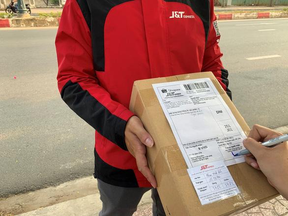 J&T Express gắn Thẻ Bưu kiện an tâm trên từng bưu phẩm - Ảnh 2.