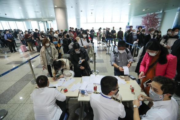 Bộ Y tế kêu gọi tìm hành khách trên 8 chuyến bay có người nhiễm COVID-19 - Ảnh 1.