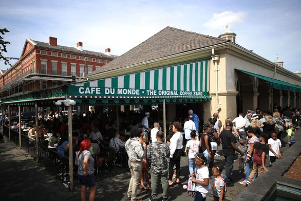 Hệ thống trường công lập New York đóng cửa vì dịch, Mỹ bỏ sự kiện từ 50 người - Ảnh 1.
