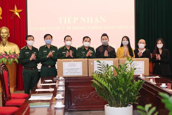Tùng Dương, Tóc Tiên trao hơn 1 tỉ cho bộ đội chống COVID-19 - Ảnh 2.