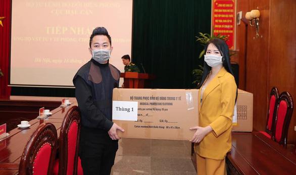 Tùng Dương, Tóc Tiên trao hơn 1 tỉ cho bộ đội chống COVID-19 - Ảnh 1.