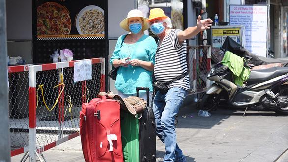 Người Âu, Mỹ hủy chuyến bay về nước, chọn ở lại Việt Nam để được an toàn - Ảnh 2.