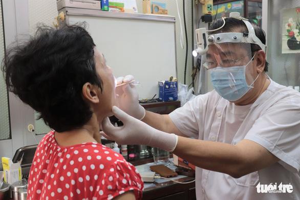 Bác sĩ ở TP.HCM tự chế mũ bảo hộ mùa dịch - Ảnh 2.