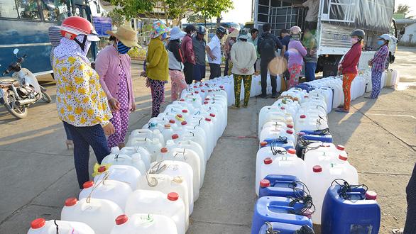 Chia sẻ nước cho dân vùng hạn mặn - Ảnh 1.