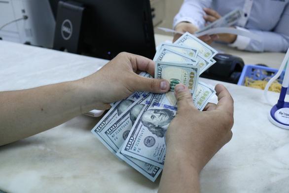 Tỉ giá trung tâm tăng, giá USD ngân hàng vẫn thụt lùi - Ảnh 1.