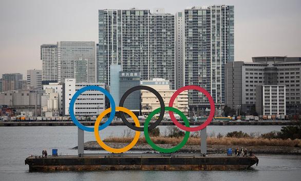 Nhiều thành viên Ủy ban Olympic Tokyo đồng ý hoãn giải đấu - Ảnh 1.