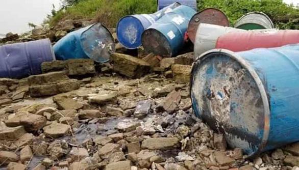 Khởi tố người vứt 14 thùng phuy chất thải nguy hại xuống sông Hồng - Ảnh 2.
