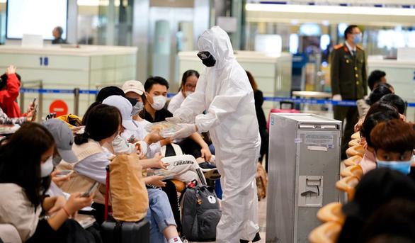 Khách  đi máy bay không mang quá 100ml dung dịch rửa tay - Ảnh 1.