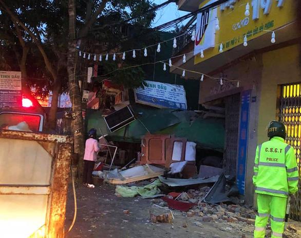 Tránh xe container, tài xế xe rơmooc mất lái tông thủng nhà dân - Ảnh 2.