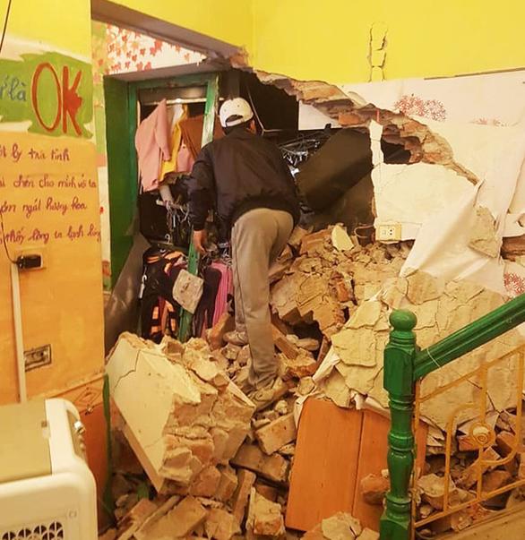 Tránh xe container, tài xế xe rơmooc mất lái tông thủng nhà dân - Ảnh 3.