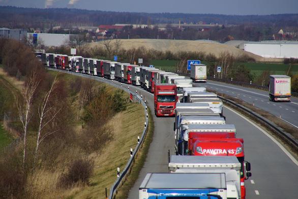 Nhiều nước EU đã 'dựng rào' biên giới để phòng dịch COVID-19 - Ảnh 2.