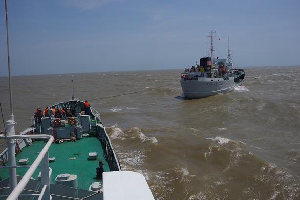 Hải quân tăng cường tàu cung cấp nước ngọt cho các tỉnh miền Tây - Ảnh 2.
