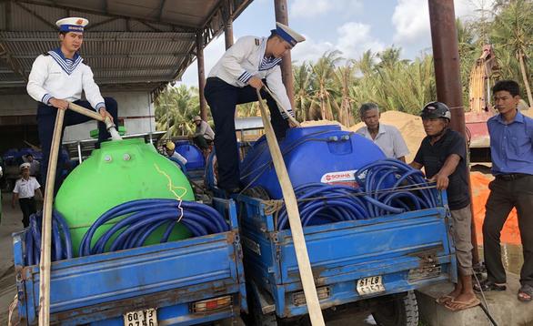 Hải quân tăng cường tàu cung cấp nước ngọt cho các tỉnh miền Tây - Ảnh 1.